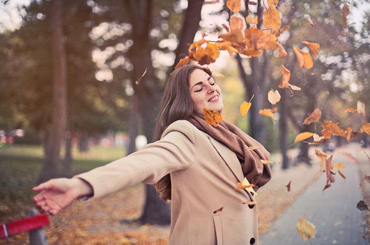 chica feliz hojas de otoño